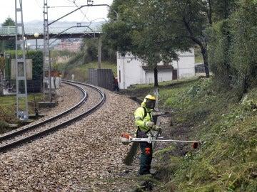 Imagen de archivo de miembros de la Policía buscando pruebas junto a la vía de tren en las inmediaciones del apeadero de La Argañosa