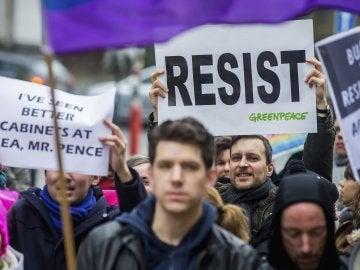 Varios manifestantes belgas protestan contra las políticas de Trump durante la visita de Mike Pence a Bruselas