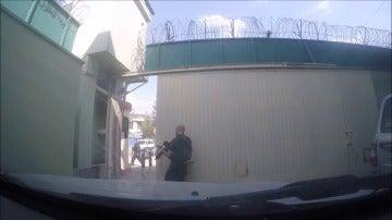 Frame 15.225461 de: En el vídeo se ve cómo la puerta de la embajada española en Kabul se abría empujando