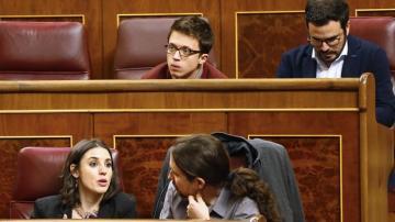 Íñigo Errejón, junto a Alberto Garzón, en su nuevo escaño en el Hemiciclo, en la tercera fila y detrás de Pablo Iglesias e Irene Montero