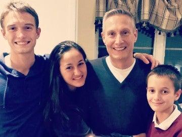 Dennis Vassallo junto a sus hijos, entre los que se encuentra Dylan (izquierda)