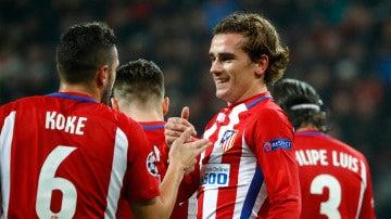 Los jugadores del Atlético de Madrid hacen piña tras el gol de Griezmann