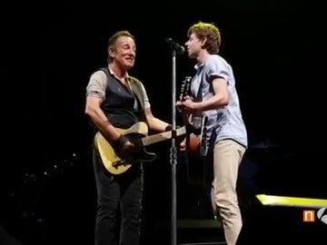 Springsteen sube al escenario a un chico