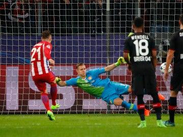 Gameiro, durante el lanzamiento del penalti
