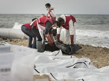 74 cadáveres de inmigrantes llegan a la costa libia