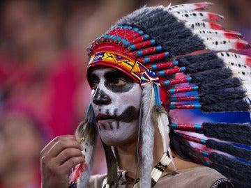 Un aficionado del Atlético de Madrid, comiéndose una pipa