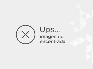 Leah Adler junto a una reproducción de ET