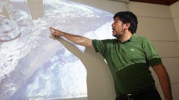 El astrobiólogo chileno, Armando Azúa, durante una rueda de prensa en Santiago de Chile