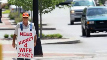 William Larry recorre las calles de Anderson buscando un riñón para su mujer