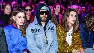 Jared Letto, el 'novio' de Angelina Jolie, y Carlota Casiraghi muy atentos al desfile de Gucci