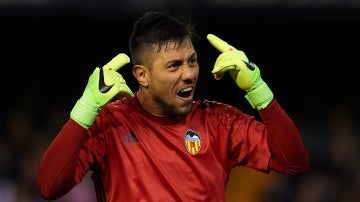 Diego Alves protesta una acción en un partido del Valencia