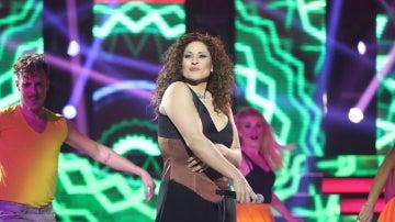 Rosa López hace bailar salsa a todo el plató como Gloria Estefan