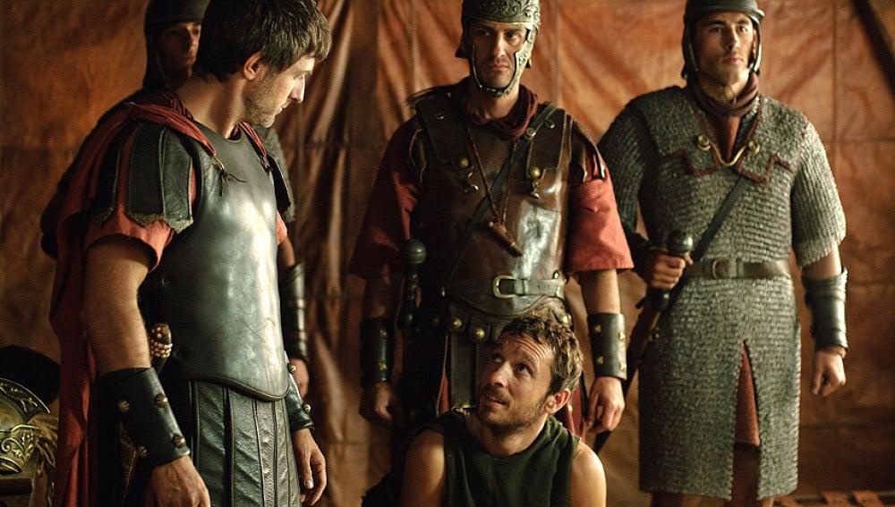 Héctor interrogado por Marco y sus hombres