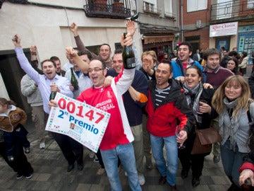 Gente de la localidad burgalesa de Roa de Duera celebra los 58 millones de euros