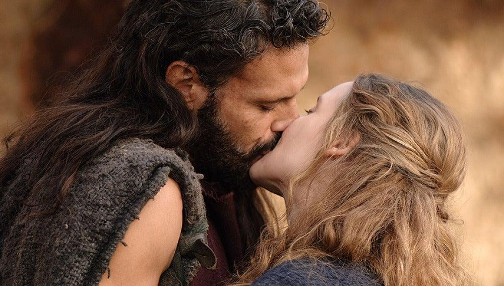 El apasionado beso de Viriato y Helena