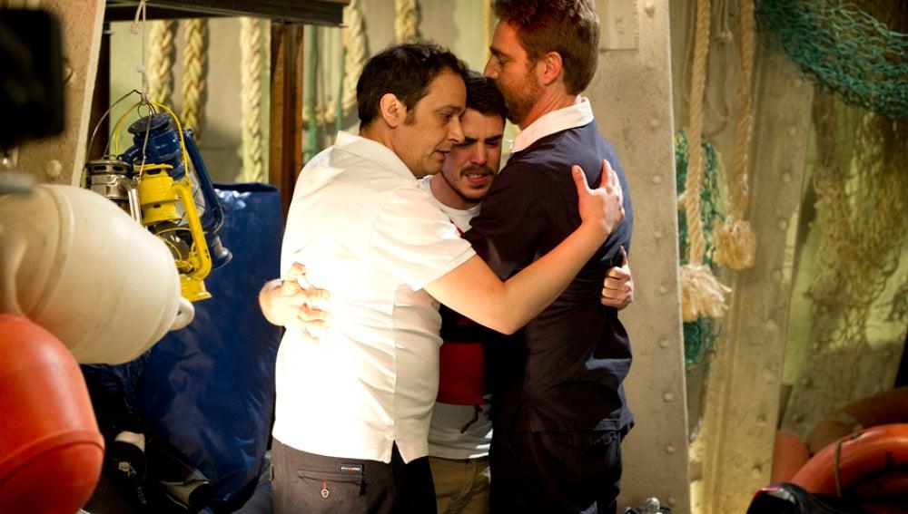 Piti se abraza con De la Cuadra y el capitán