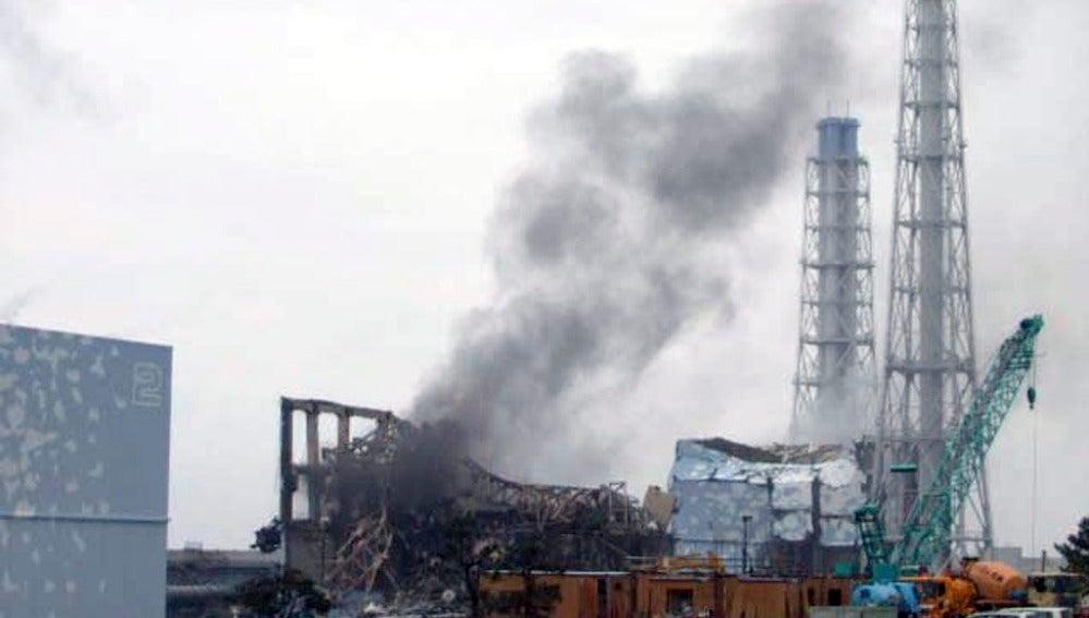 Humo saliendo de la central de Fukushima