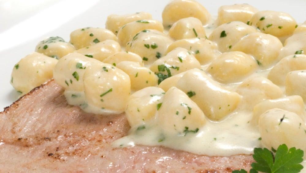 Jamón con ñoquis de patata en salsa roquefort