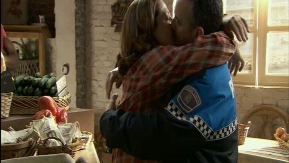 Lorenzo besa a Juana