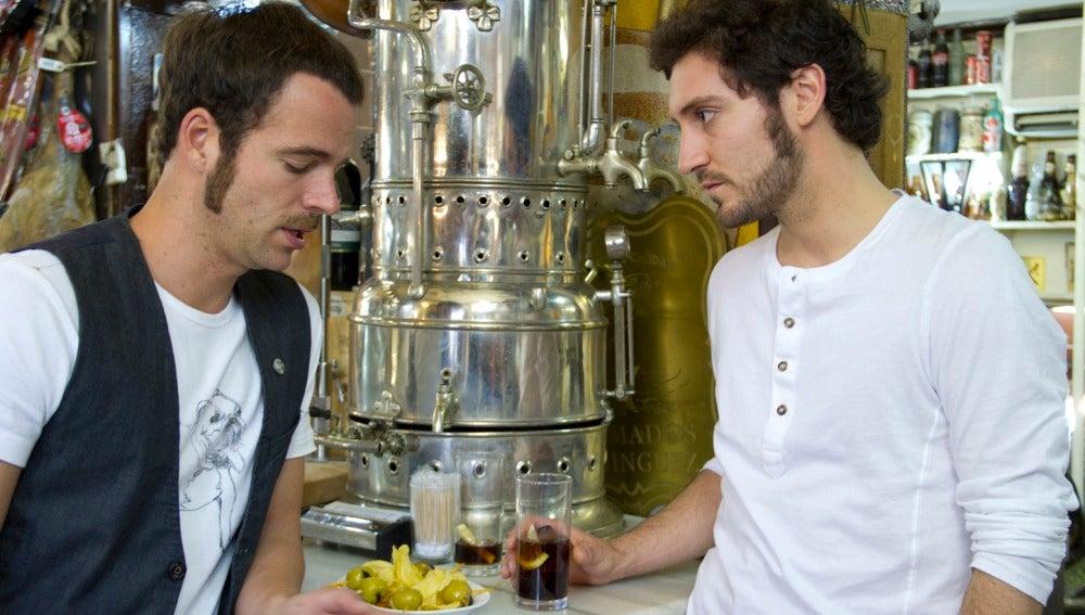 Alex y Carles tomando algo