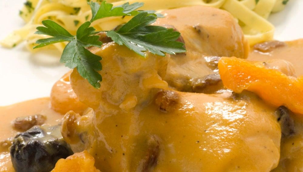 Pollo con salsa de frutas pasas y pasta