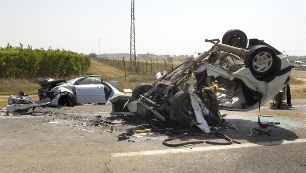 Dos de los tres vehículos involucrados en un accidente en Los Palacios