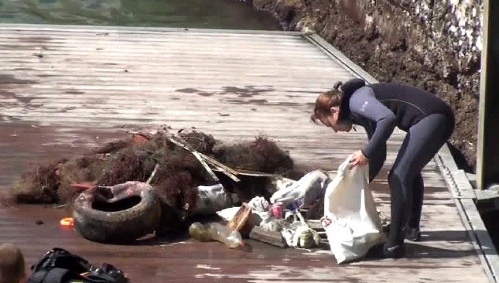 Buzos voluntarios limpian el fondo marino en Castro Urdiales