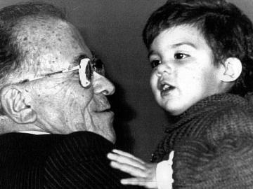Santiago Carrillo con uno de sus nietos
