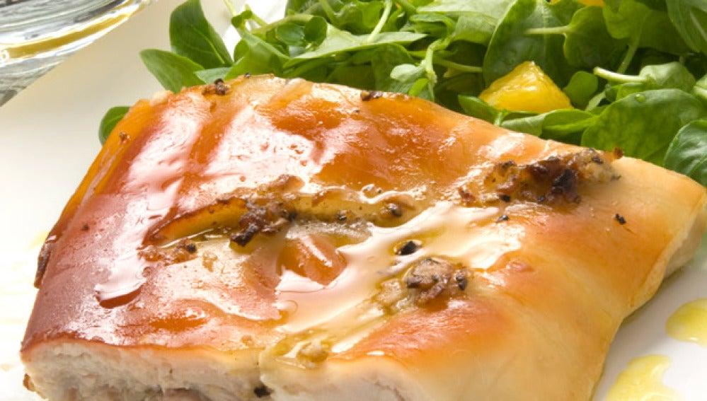 Cochinillo asado con ensalada verde a la naranja