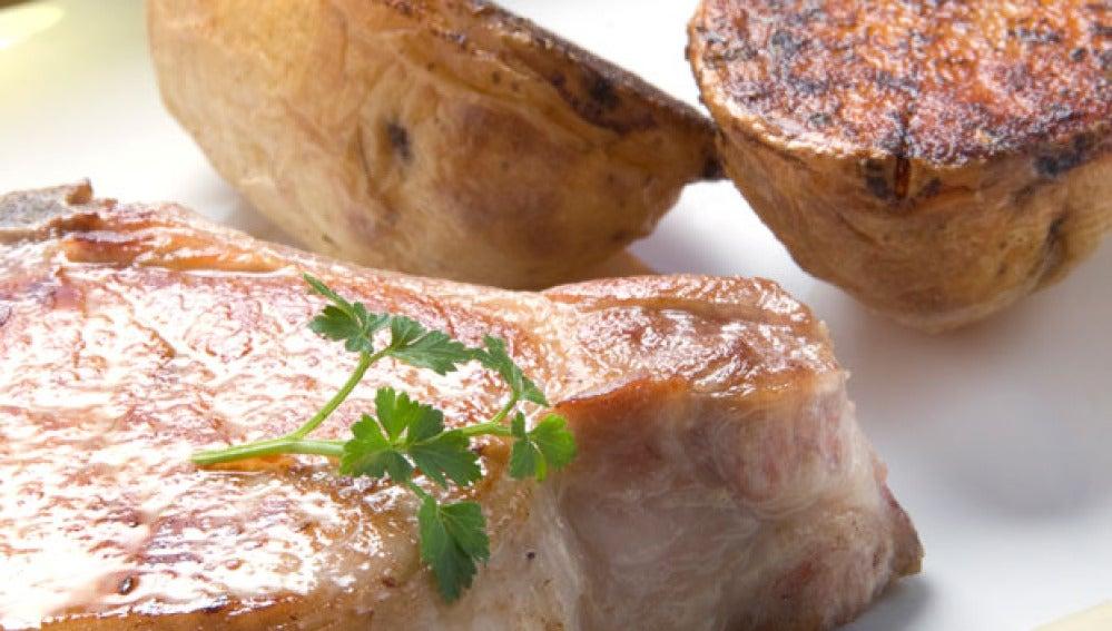 Chuletas de cerdo con patatas al horno