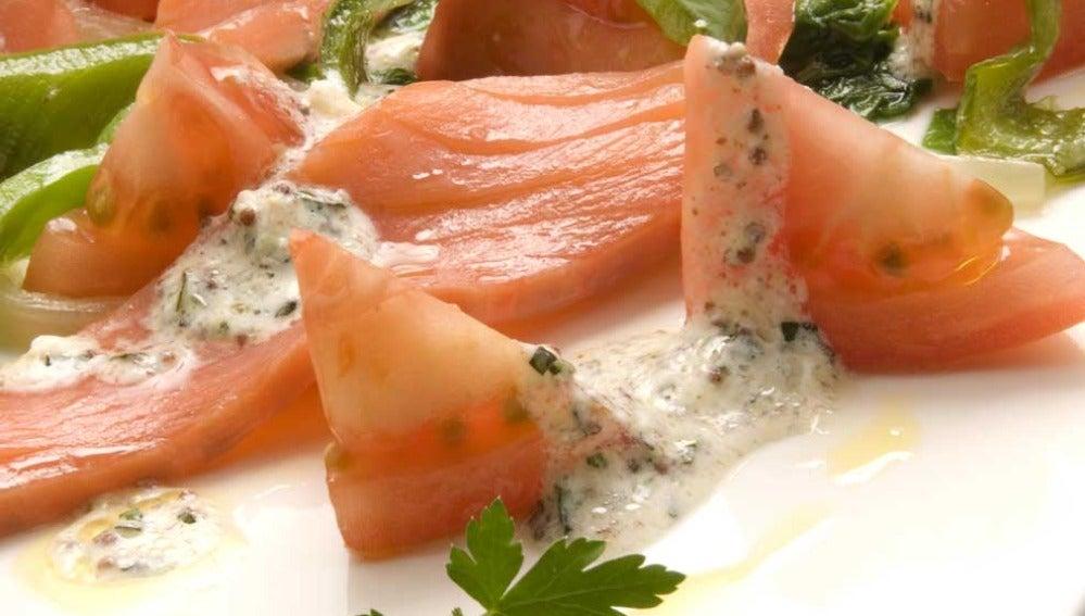 Ensalada de tomate, pimientos y salmón