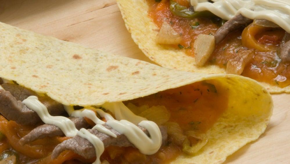 Taco de ternera, verduras y queso con salsa picante