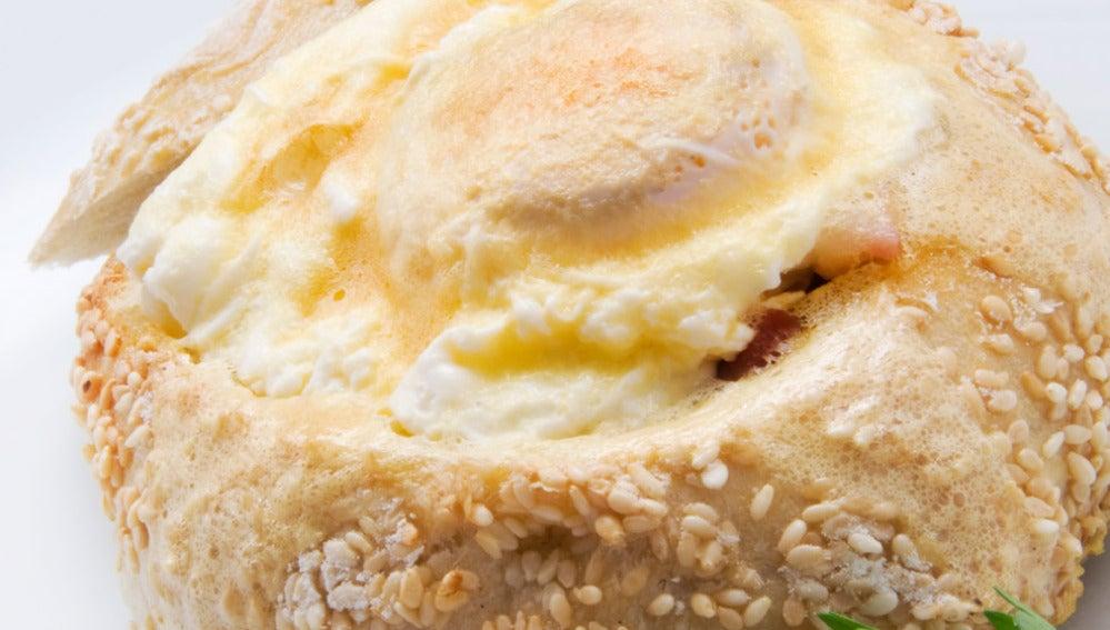 Cestos de pan y huevo con sabayón de txakoli
