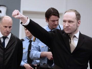 Anders Breivik hace el saludo fascista