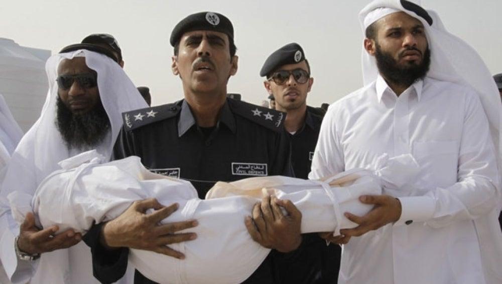 Un oficial transportar los restos de un menor sudafricano