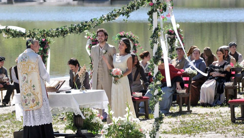 Tristán y Pepa ríen en su boda