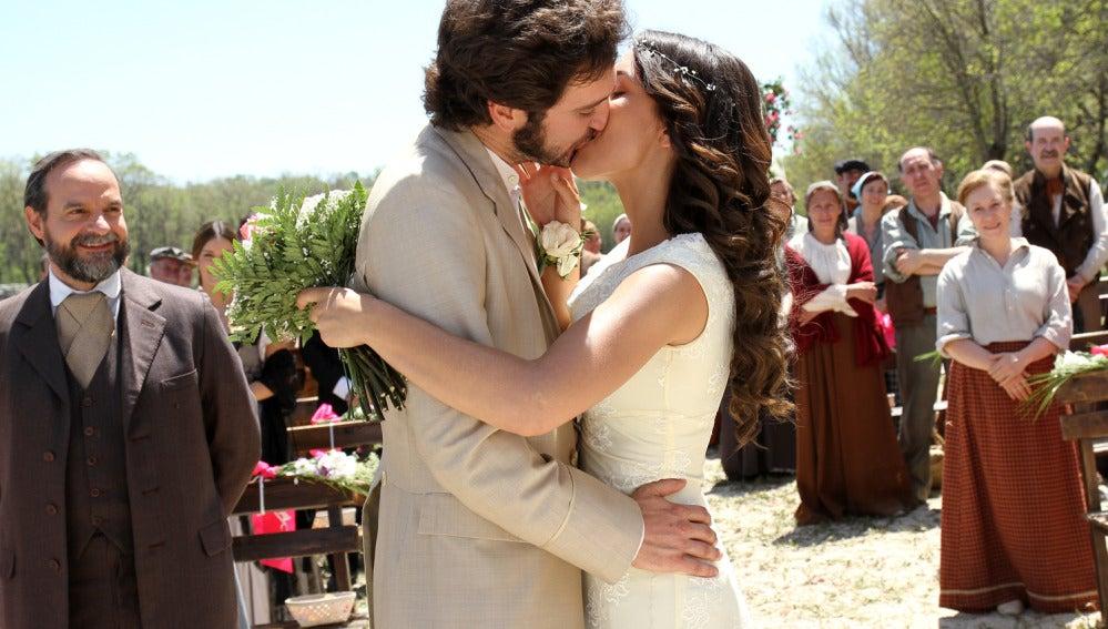 Tristán y Pepa se besan en su boda