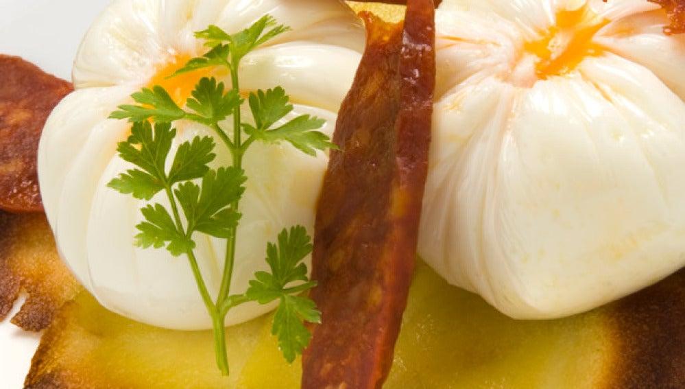 Huevo flor con torta de patatas y chorizo
