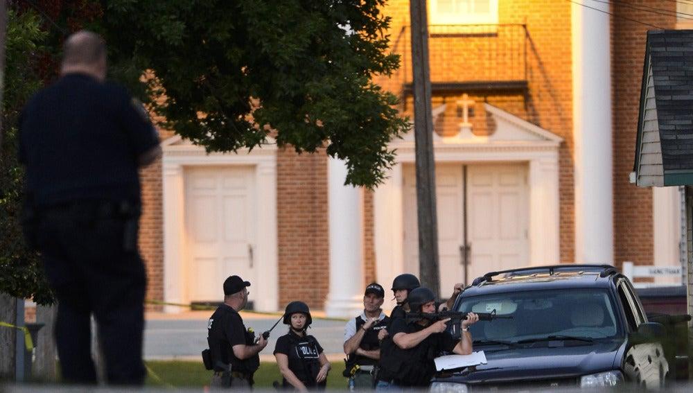 Varios agentes rodean la casa del supuesto autor del tiroteo en Wisconsin