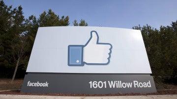 Señal de la sede corporativa de Facebook en Menlo Park, California, Estados Unidos.