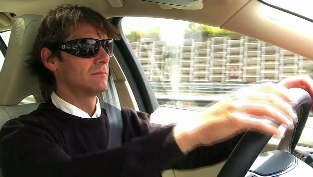 Un conductor con gafas de sol
