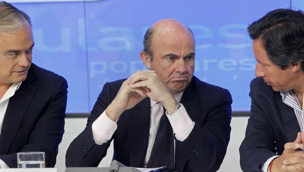 Luis de Guindos, durante la reunión con el equipo económico del PP