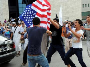 Manifestantes protestan frente a la embajada de EE.UU