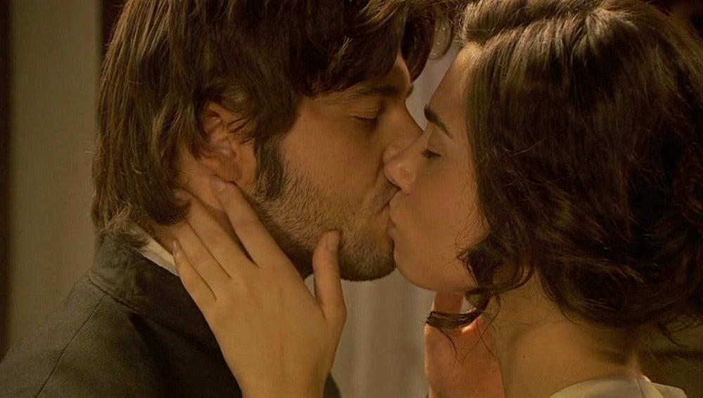 María encuentra consuelo en Gonzalo y vuelven a besarse