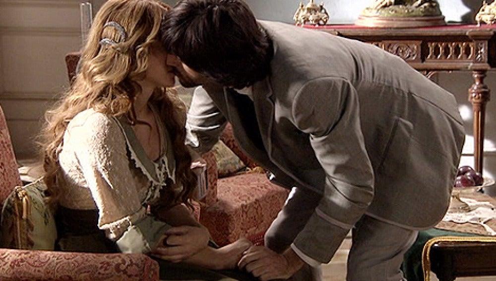 Raúl besa a Sara