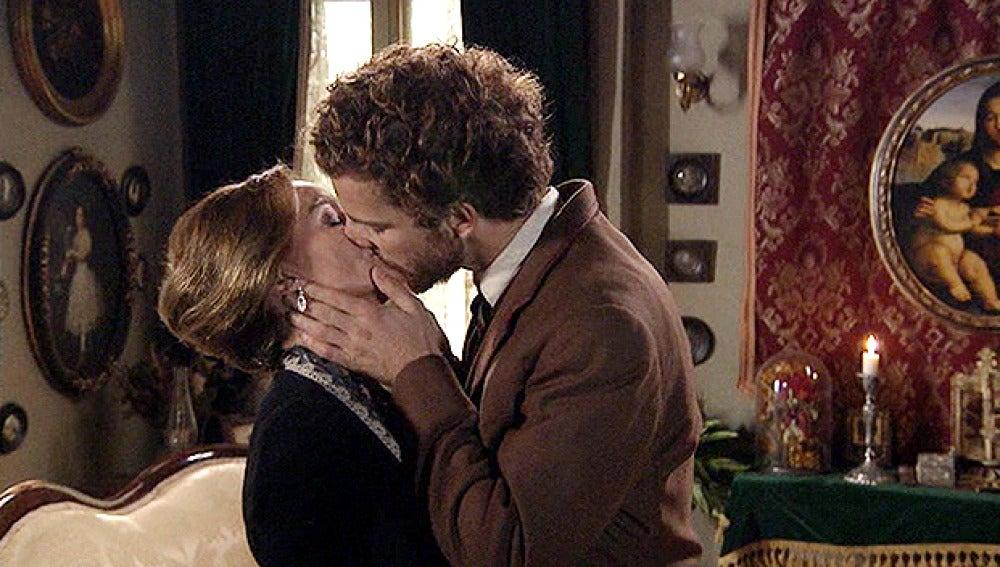 Andrés besa a Carlota