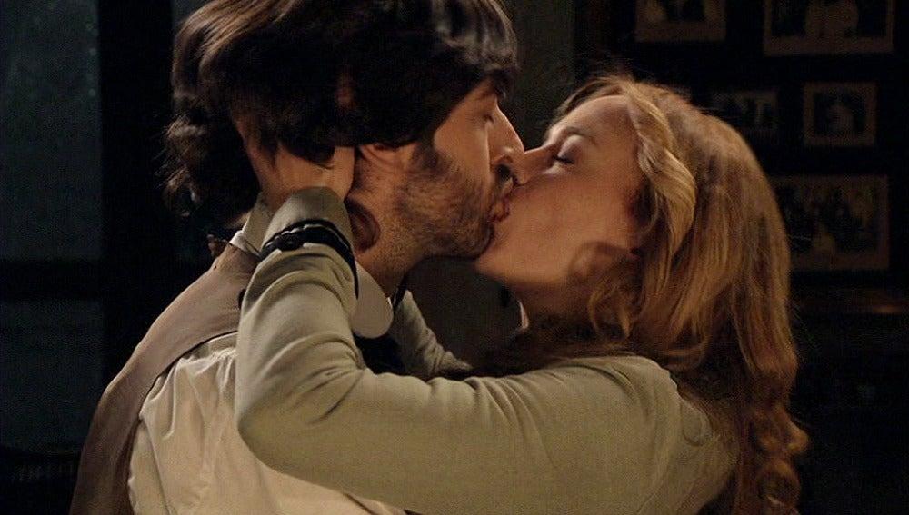 Sara besa a Raúl