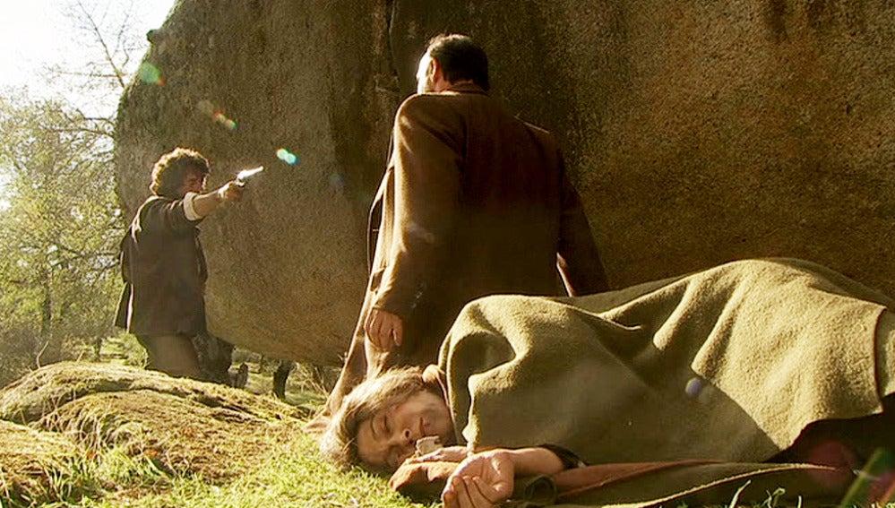 Raimundo protege a Francisca ante la amenaza de Sebastián