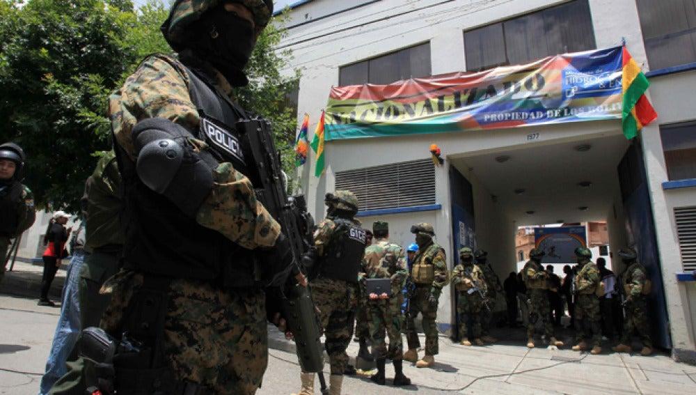 Autoridades bolivianas custodian la oficina de Electropaz en La Paz