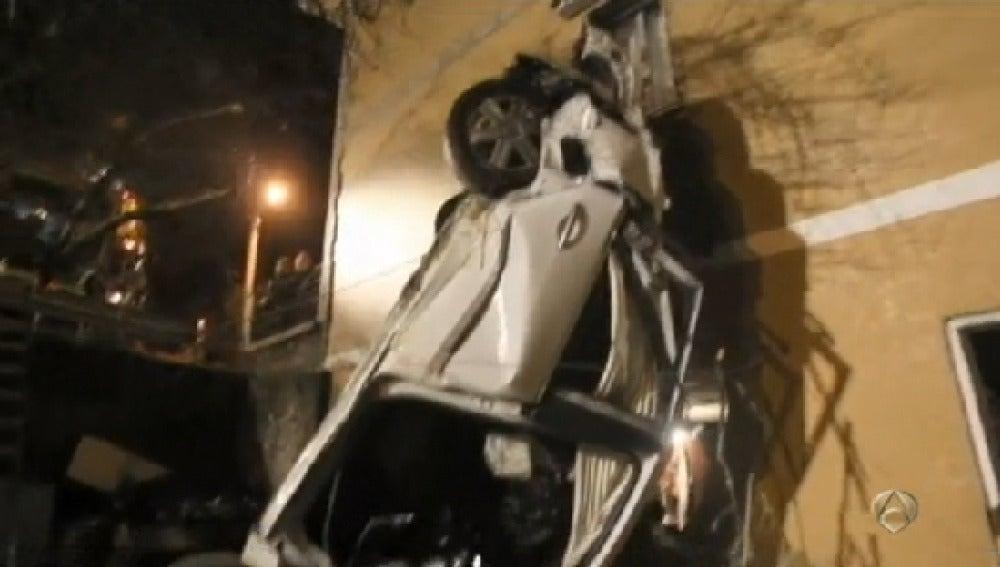 Un coche empotrado en una casa en Pontevedra